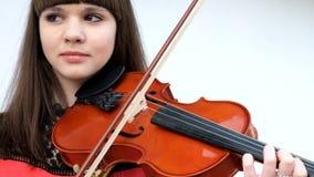Muchacha hermosa que toca el violín almacen de video
