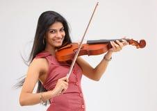 Muchacha hermosa que toca el violín Imagen de archivo libre de regalías