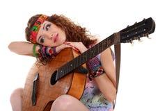 Muchacha hermosa que toca la guitarra Imagenes de archivo