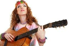 Muchacha hermosa que toca la guitarra Fotos de archivo libres de regalías