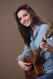 Muchacha hermosa que toca la guitarra Imágenes de archivo libres de regalías