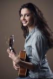 Muchacha hermosa que toca la guitarra Fotografía de archivo