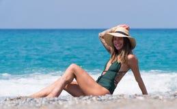Muchacha hermosa que toma el sol en la playa en Alanya Imagenes de archivo