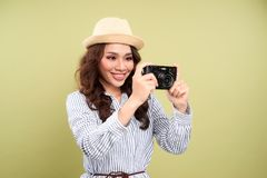 Muchacha hermosa que toma las fotos aisladas en fondo verde foto de archivo libre de regalías