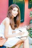 Muchacha hermosa que trabaja al aire libre Fotografía de archivo libre de regalías