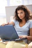 Muchacha hermosa que usa el ordenador en el país Fotografía de archivo