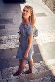 Muchacha hermosa que vaga a través de las calles de Cagliari en Cerdeña Fotografía de archivo libre de regalías