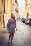 Muchacha hermosa que vaga a través de las calles de Cagliari en Cerdeña Fotos de archivo libres de regalías