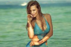 Muchacha hermosa rubia en bikini imagen de archivo