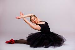 Muchacha hermosa rubia en hacer negro del vestido del tutú gimnástico Fotos de archivo libres de regalías