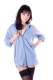 Muchacha hermosa semidesnuda en camisa y medias. Foto de archivo