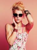 Muchacha hermosa sensual del adolescente en gafas de sol Imágenes de archivo libres de regalías