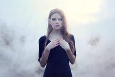 Muchacha hermosa sensual en humo fotos de archivo