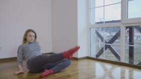 Muchacha hermosa sensualy que baila en piso en el cuarto almacen de metraje de vídeo