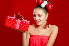 Muchacha hermosa smilling con las decoraciones Fotos de archivo libres de regalías