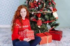 Muchacha hermosa sonriente de la inspiración del Año Nuevo de la Navidad en decorat Imágenes de archivo libres de regalías