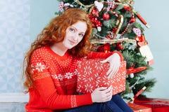 Muchacha hermosa sonriente de la inspiración del Año Nuevo de la Navidad en decorat Imagen de archivo