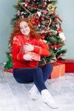 Muchacha hermosa sonriente de la inspiración del Año Nuevo de la Navidad en decorat Imagenes de archivo