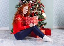 Muchacha hermosa sonriente de la inspiración del Año Nuevo de la Navidad en decorat Fotos de archivo libres de regalías