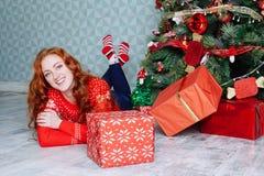 Muchacha hermosa sonriente de la inspiración del Año Nuevo de la Navidad en decorat Fotografía de archivo