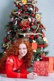 Muchacha hermosa sonriente de la inspiración del Año Nuevo de la Navidad en decorat Fotos de archivo