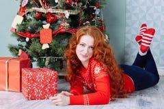 Muchacha hermosa sonriente de la inspiración del Año Nuevo de la Navidad en decorat Fotografía de archivo libre de regalías