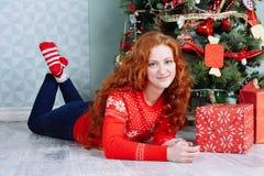 Muchacha hermosa sonriente de la inspiración del Año Nuevo de la Navidad en decorat Imagen de archivo libre de regalías