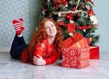 Muchacha hermosa sonriente de la inspiración del Año Nuevo de la Navidad en decorat Foto de archivo