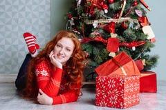 Muchacha hermosa sonriente de la inspiración del Año Nuevo de la Navidad en decorat Foto de archivo libre de regalías