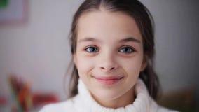 Muchacha hermosa sonriente feliz en suéter en casa almacen de video
