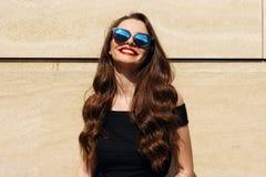 Muchacha hermosa sonriente feliz joven Foto de archivo