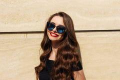 Muchacha hermosa sonriente feliz joven Fotografía de archivo libre de regalías