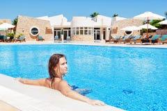 Muchacha hermosa sumergida en la piscina que se relaja. En agua adentro Fotografía de archivo libre de regalías