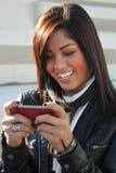 Muchacha hermosa Texting al aire libre Fotos de archivo