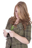 Muchacha hermosa Texting en un bakground blanco Foto de archivo