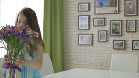 Muchacha hermosa traída en el ramo del regalo de flores almacen de metraje de vídeo