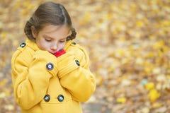 Muchacha hermosa triste en chaqueta amarilla Fotografía de archivo libre de regalías