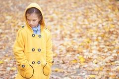Muchacha hermosa triste en chaqueta amarilla Imágenes de archivo libres de regalías