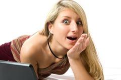 Muchacha hermosa withusing un ordenador portátil. Fotografía de archivo