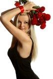 Muchacha hermosa y atractiva con un arqueamiento rojo Fotografía de archivo libre de regalías