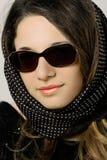Muchacha hermosa y de la moda en gafas de sol Foto de archivo