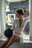 Muchacha hermosa y elegante joven de la moda que sostiene bolsos de cuero luxuty, tienda que piensa y que elige en la moda femeni fotografía de archivo libre de regalías