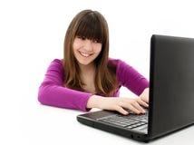 Muchacha hermosa y feliz con una computadora portátil Foto de archivo libre de regalías