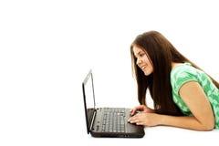 Muchacha hermosa y feliz con una computadora portátil Fotografía de archivo libre de regalías