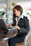 Muchacha hermosa y feliz con una computadora portátil Imagen de archivo
