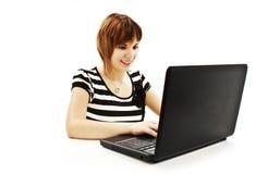 Muchacha hermosa y feliz con una computadora portátil Fotos de archivo
