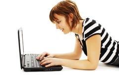 Muchacha hermosa y feliz con una computadora portátil Fotos de archivo libres de regalías