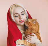 Muchacha hermosa y su gato Fotos de archivo libres de regalías