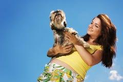 Muchacha hermosa y su perro foto de archivo