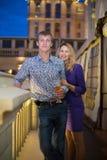 Muchacha hermosa y un individuo con una cerveza Fotografía de archivo